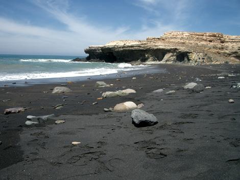 Strand von Ajuy. Im Hintergrund die Klippe, auf die man gehen kann.