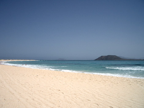 Corralejo beach with view of Los Lobos