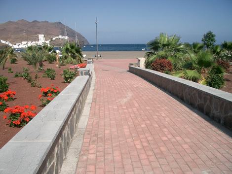 Passage through a hotel garden to Las Playitas beach